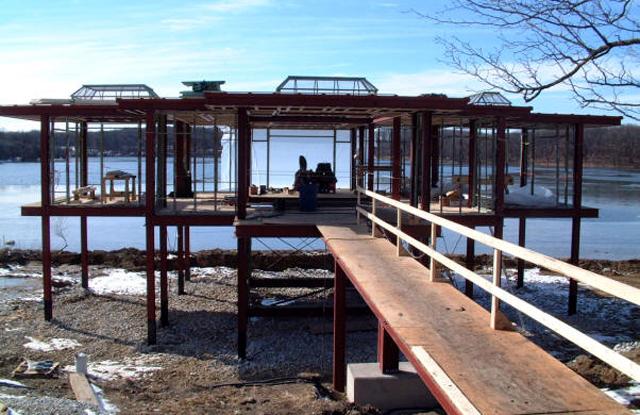 dom nad jeziorem w czasie konstrukcji