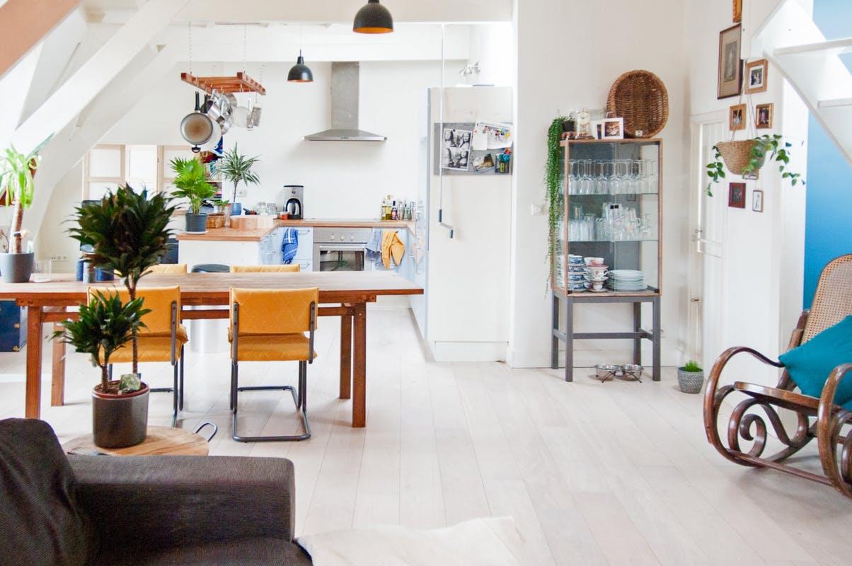 Przeszklona szafka IKEA w salonie