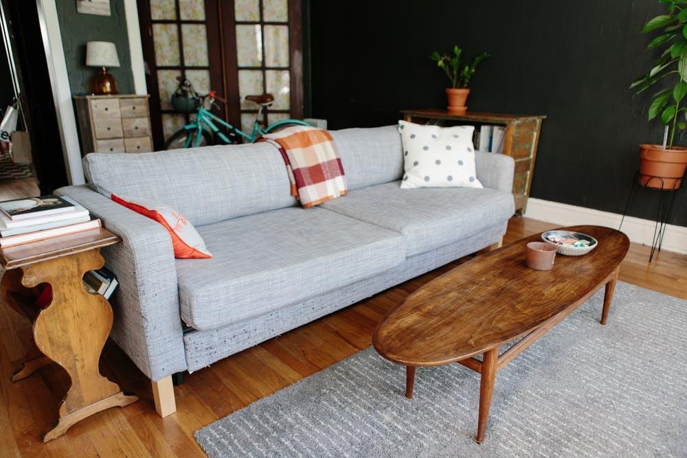 Salon z sofą z IKEA