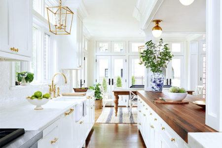 Kuchnia z białymi meblami
