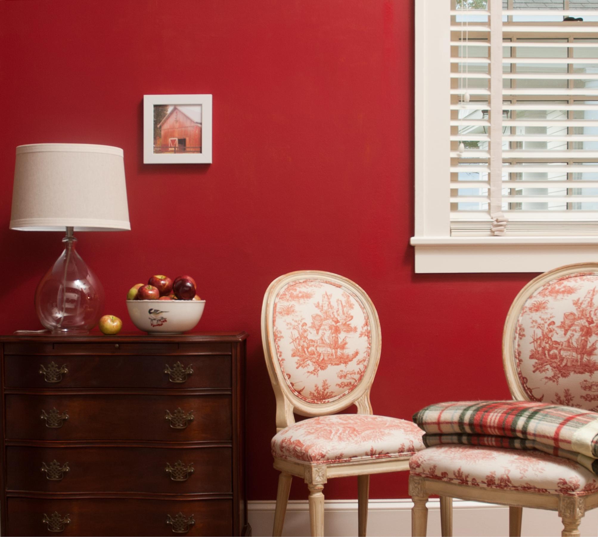 Jaki kolor pasuje do czerwonego we wnętrzach?