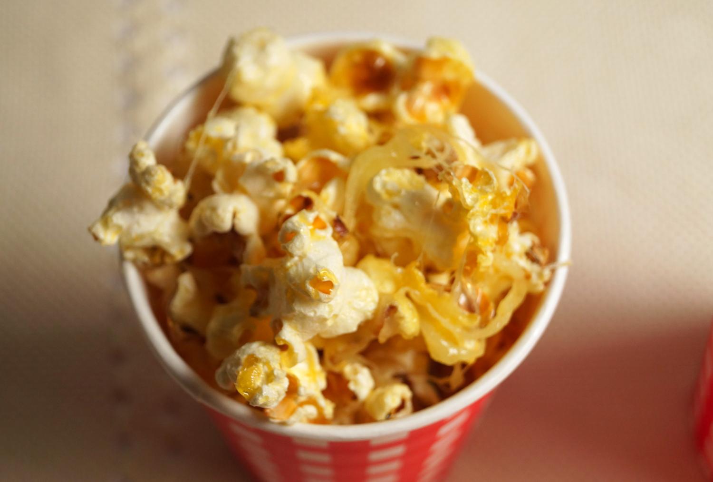 Domowy popcorn serowy