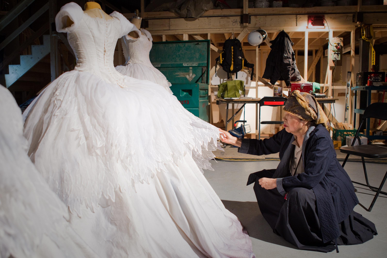 """Eiko Ishioka przy pracy nad filmem """"Królewna Śnieżka"""""""