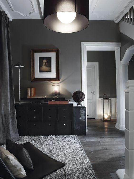 Aranżacja salonu z ciemnymi meblami