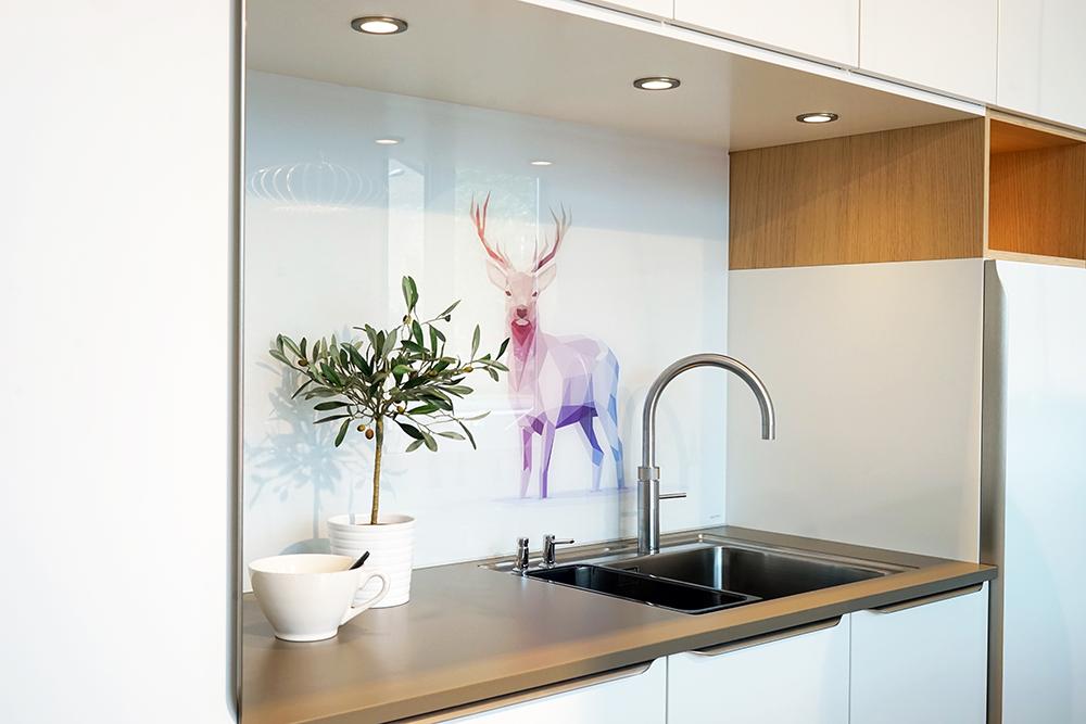 Szkło na ścianie w kuchni