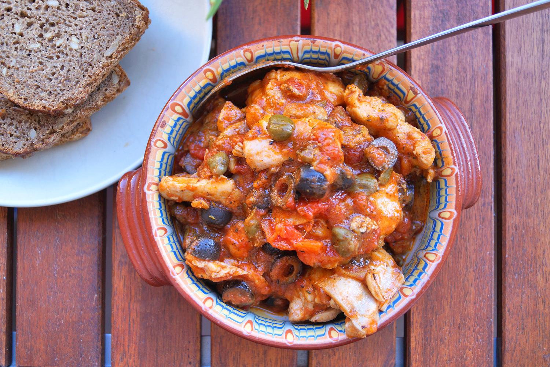 Kurczak w pomidorach z kaparami i oliwkami