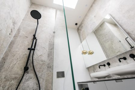 Jak urządzić małą łazienkę bez okna?