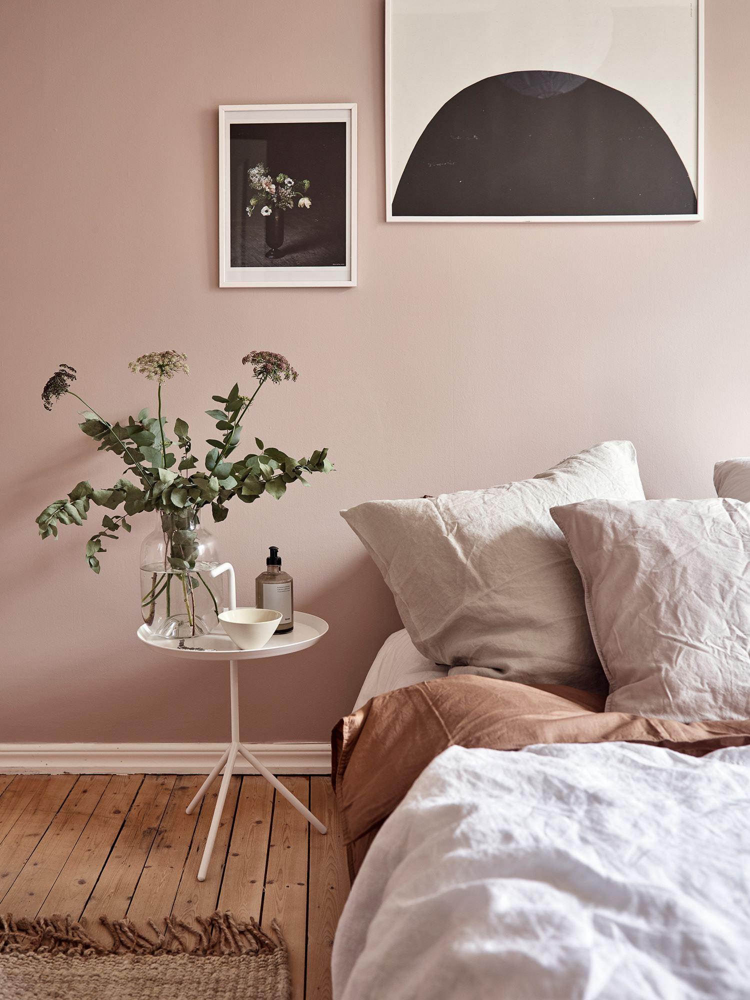 Pudrowy róż we wnętrzach. Z czym łączyć pastelowy róż na ścianach?