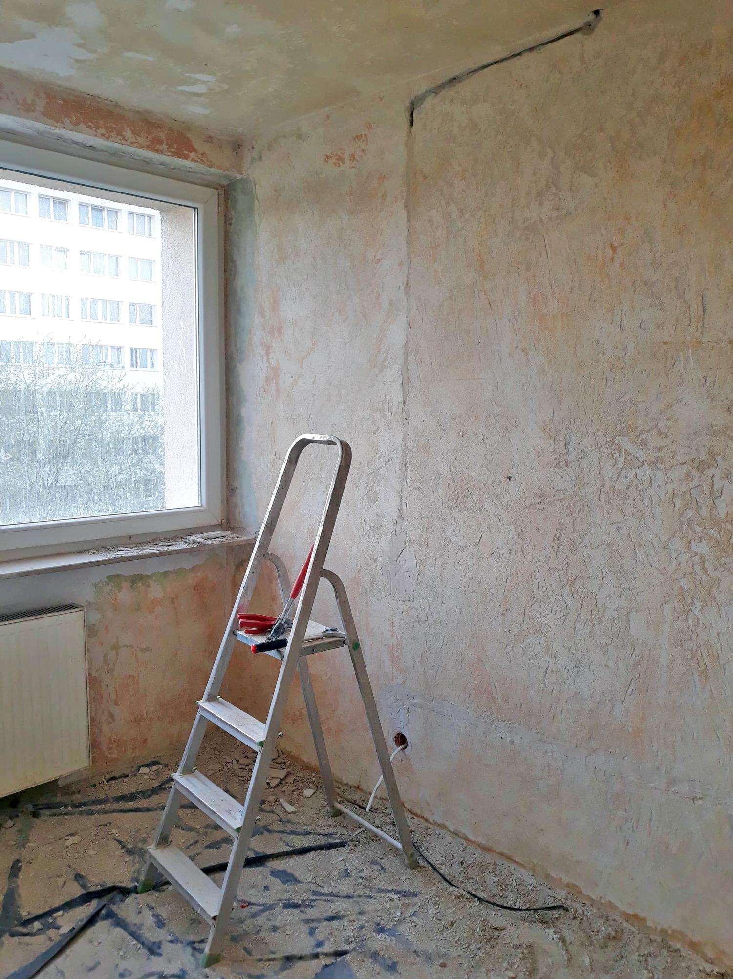 Jak usunąć starą farbę ze ściany?
