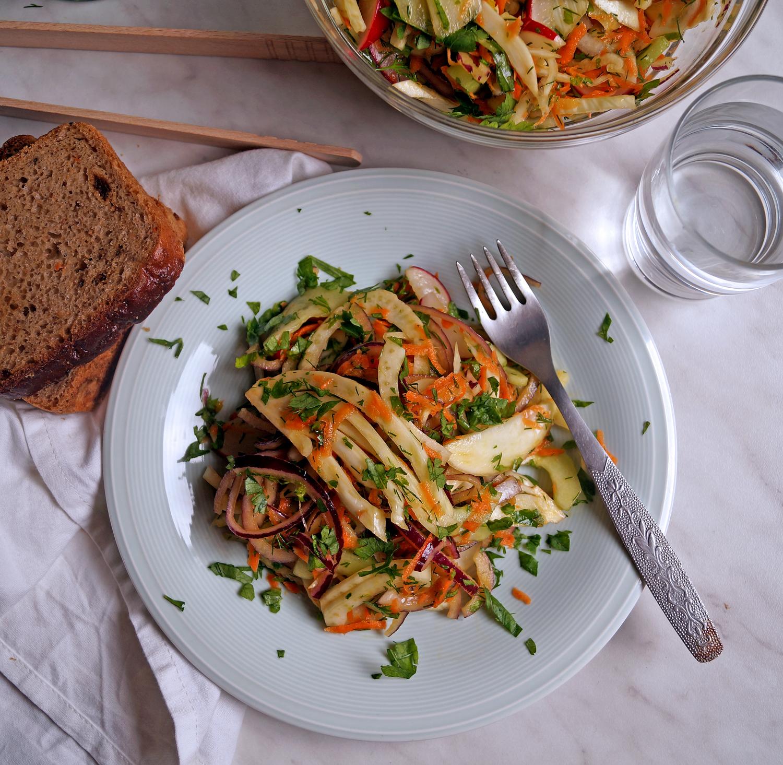 Chrupiąca sałatka z koprem włoskim - przepis