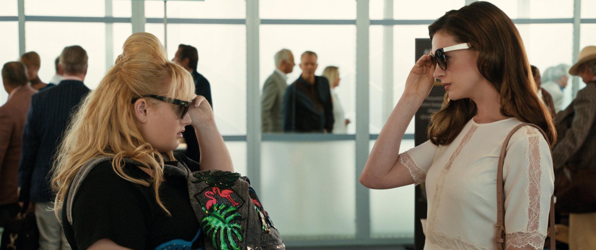 Film Oszustki i ubrania Anne Hatahaway i Rebel Wilson