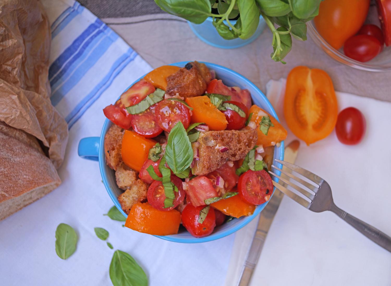 Panzanella - przepis na włoską sałatkę z pomidorów i grzanek