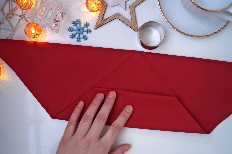 Składanie serwetki w kokardę. Pomysł na świąteczne nakrycie