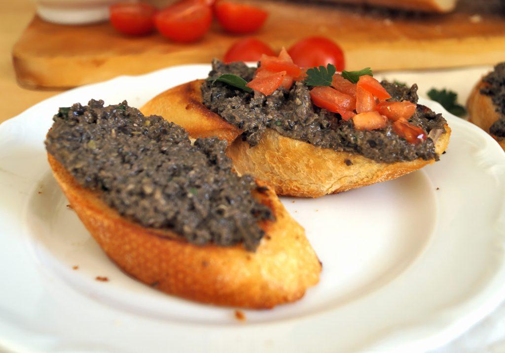 Co to jest tapenada? Przepis na domową tapenadę z czarnych oliwek