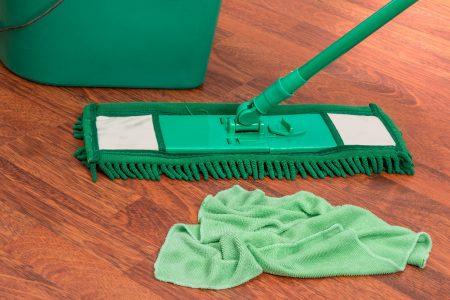 Jak myć panele podłogowe, aby nie pozostawić na nich smug?