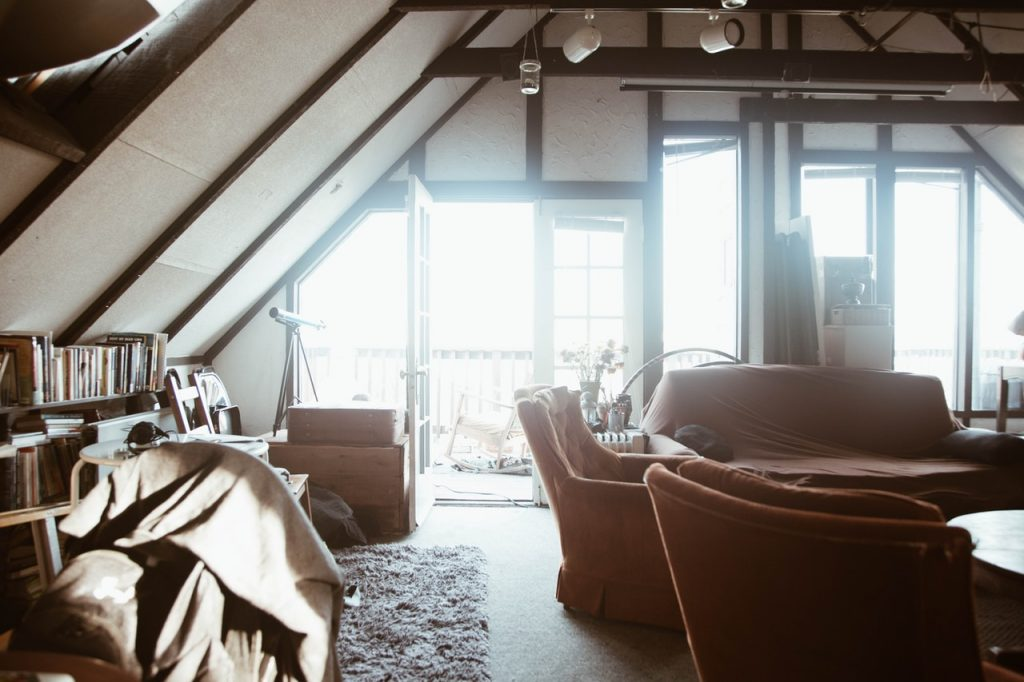 Jakie kinkiety do salonu w stylu loftowym? Podpowiadamy, co wybrać!