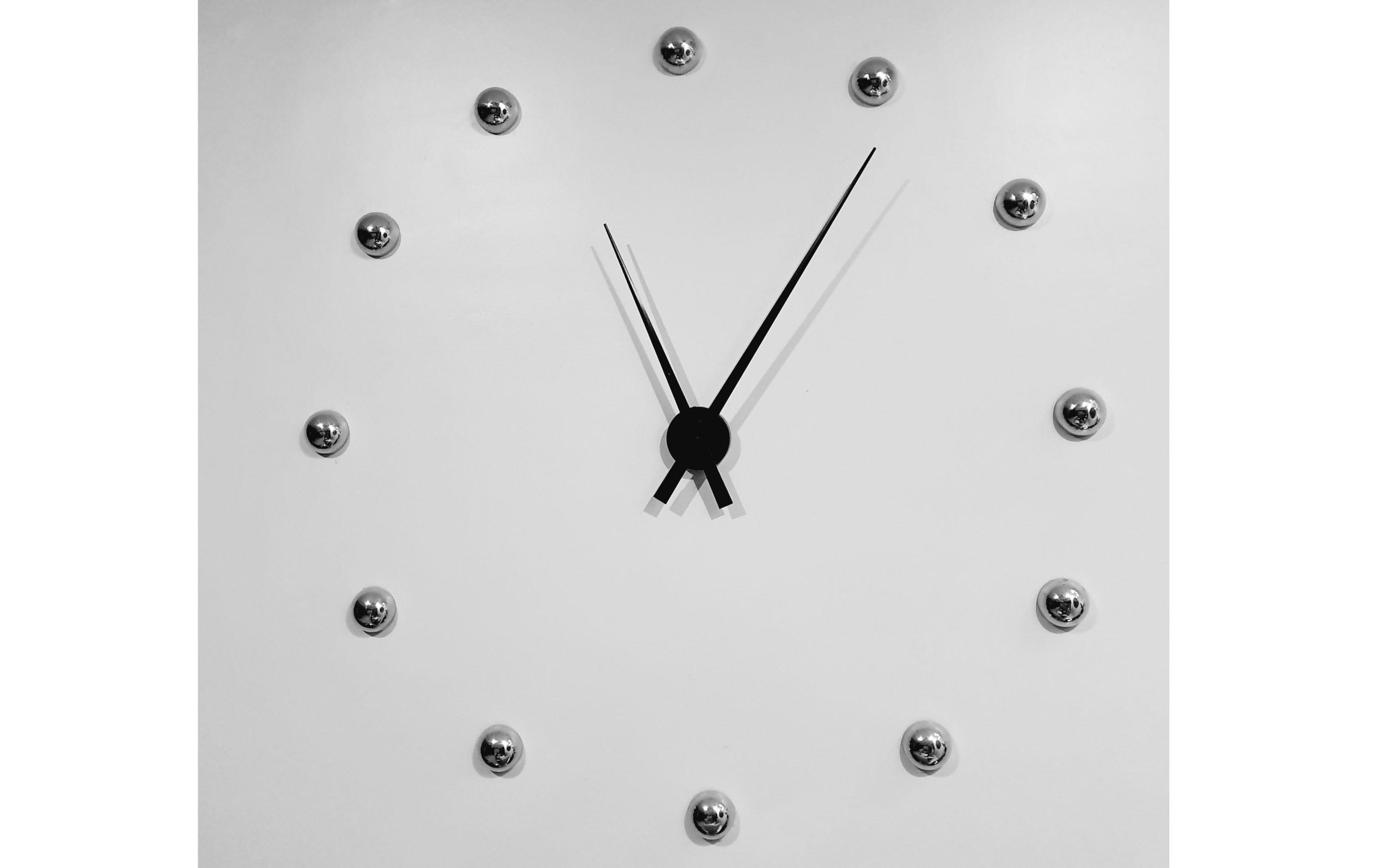 Zegar na ścianie w nowoczesnej aranżacji
