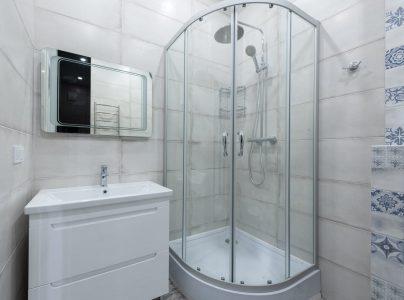 Dlaczego w łazience warto postawić na białe baterie łazienkowe?