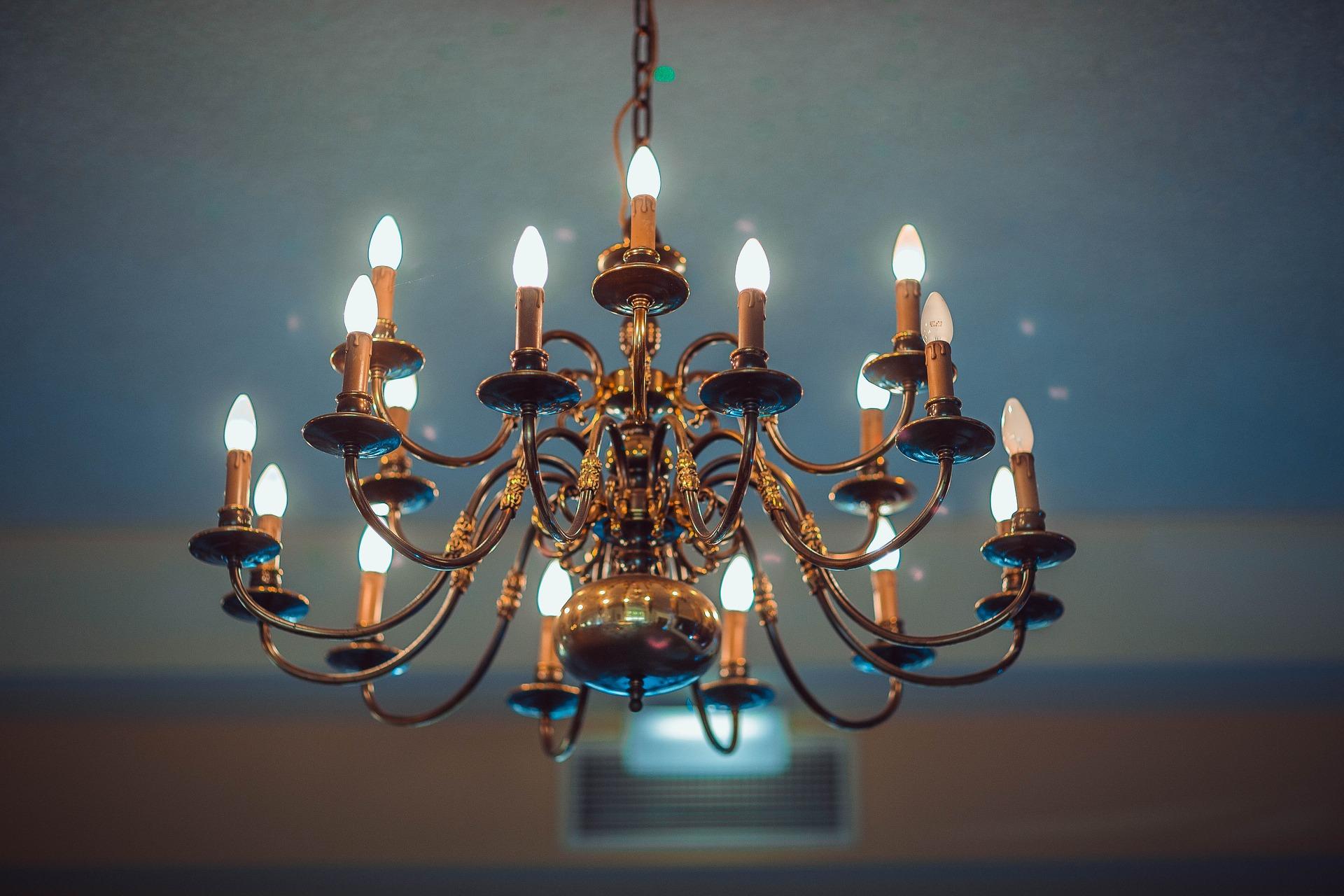 Jak dobrać oświetlenie do aranżacji salonu? Żyrandole pokojowe w kilku odsłonach