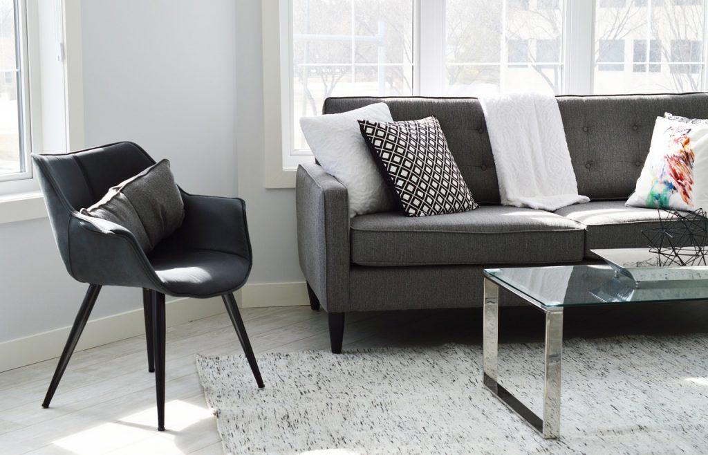 Jak wybrać wygodny fotel do salonu? - specjalista radzi