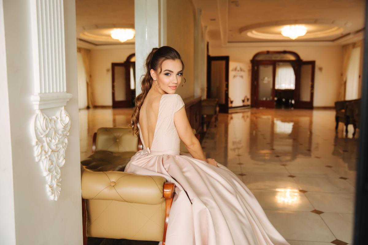 Ekskluzywne sukienki wieczorowe, które założysz na wesele - przegląd najpiękniejszych
